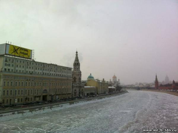Новый ракурс Кремль большой баннер Путин уходи